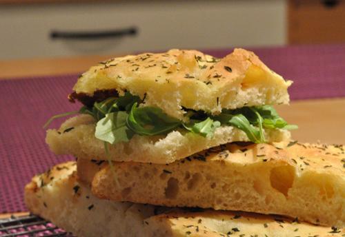 Pizza facon sandwich roquette tomate sechee vue 1