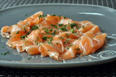 Saumon gravlax servi deux