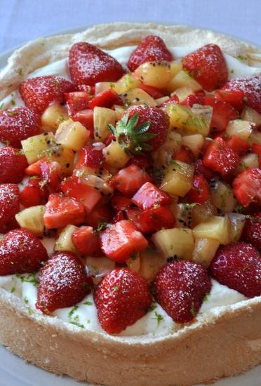 Pavlova fraises kiwi citron vert dessus