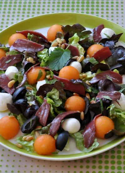 Salade melon mozza magret fume