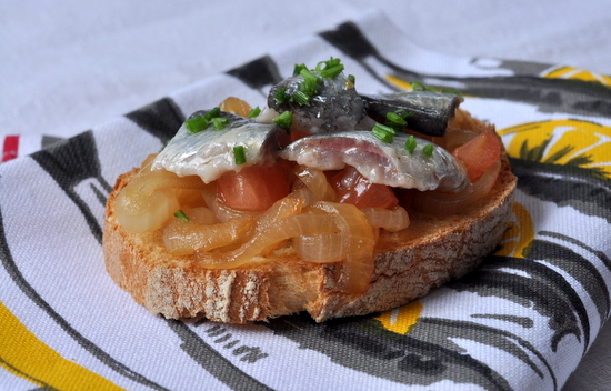 Tartine oignons confits sardines marinees