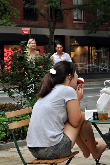 Jeune femme en train de deguster cupcake magnolia bakeri