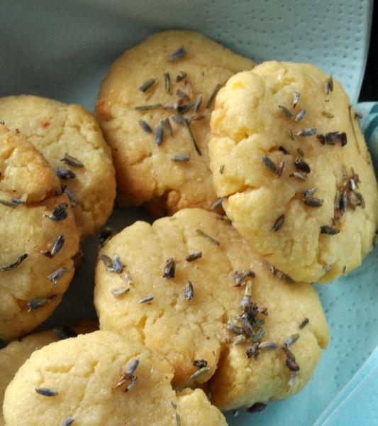 Biscuits citron amande dans la boite
