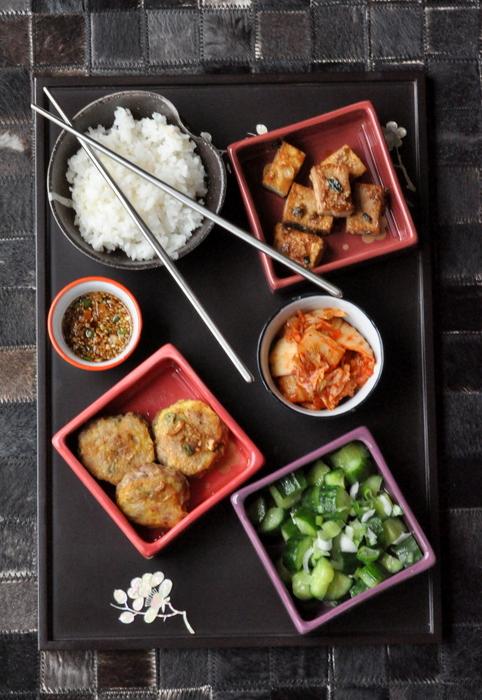 Repas coreen boulettes boeuf tofu sauté kimchi salade concombre riz