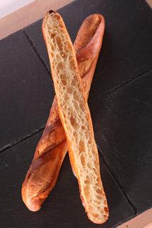 Baguette tradition francaise retrodor fendue en deux