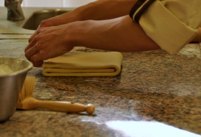 Beurre enferme dans detrempe pour faire pate croissant