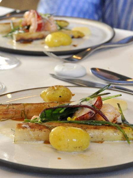 Pommes de terre noirmoutier fumées, homard asperges