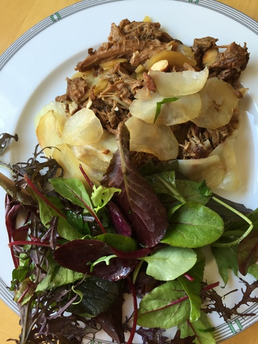 Mille feuille pommes de terre agneau confit epices avec salade verte