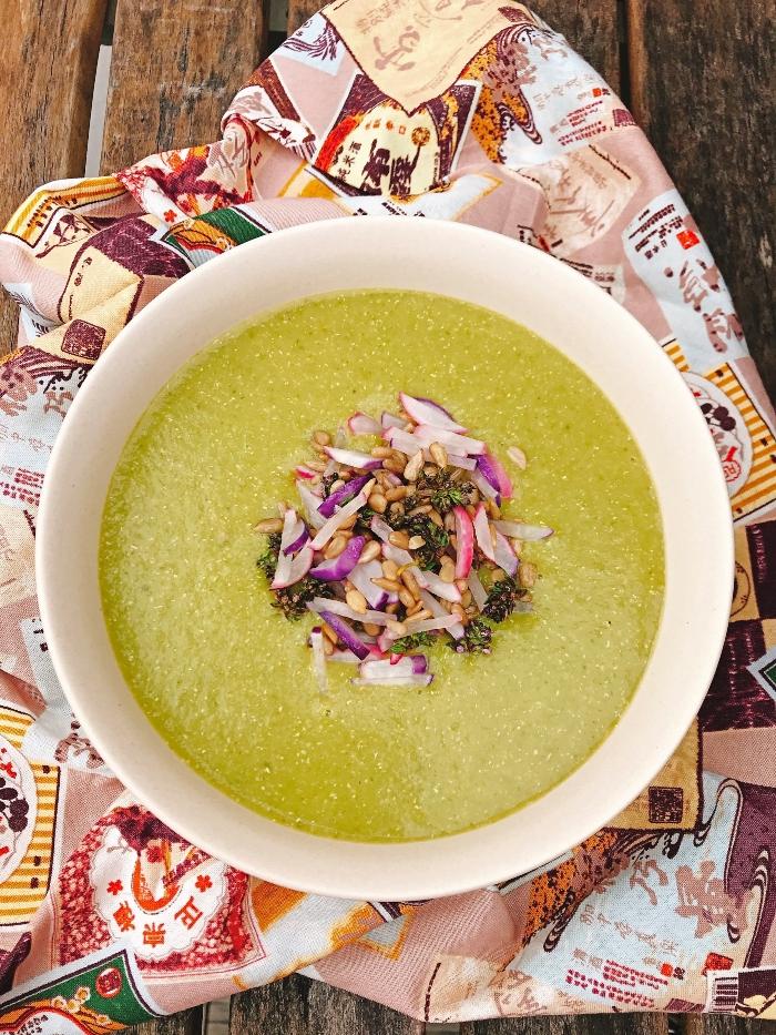 Velouté de laitue topping radis graines tournesol thym blog
