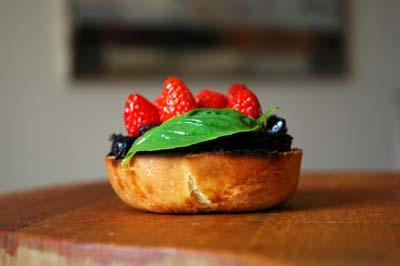 Bruschetta_olives_confites_fraises_et_ba